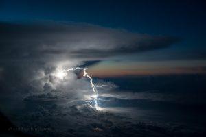 Piloto captura imagens incríveis de tempestades sobre o Oceano Pacífico.